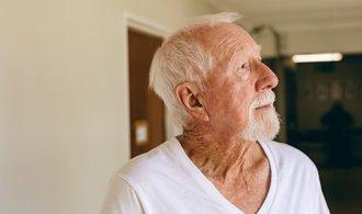 Praha zavedla krizovou linku určenou pro seniory. Do pomoci zapojuje dobrovolníky i obchodníky