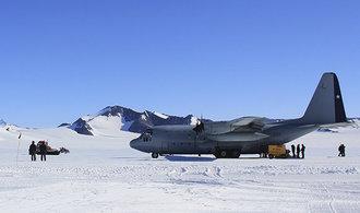 Při cestě na Antarktidu se ztratilo letadlo, na palubě bylo 38 lidí. Stroj zřejmě havaroval