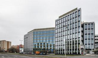 """Menší česká banka málem přišla o licenci. Na pokutách zaplatí """"jen"""" desítky milionů"""