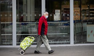 Důchodci v prosinci dostanou jednorázově 5000 korun. Rouškovné vyjde stát na 15 miliard