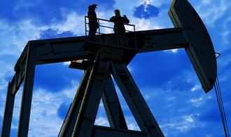 Cena ropy se výrazně propadla, suroviny je nadbytek