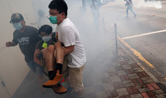 Prodemokratičtí aktivisté se vrátili do ulic Hongkongu. Policie je rozehnala slzným plynem