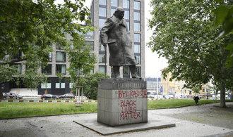 """""""Churchill byl rasista."""" Pražskou sochu britského premiéra posprejovali vandalové"""