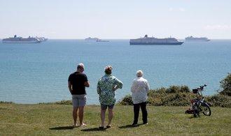 Na moři kotví stovky prázdných výletních lodí. Nevydělávají a majitele stojí horentní sumy