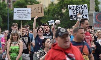 Demonstranti v Ostravě vyzvali ministra Vojtěcha k rezignaci. Vládu označili za nekompetentní