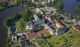OBRAZEM: U zámku ve Žďáru nad Sázavou se otevírají soukromé zahrady Kinských. Nahlédněte dovnitř