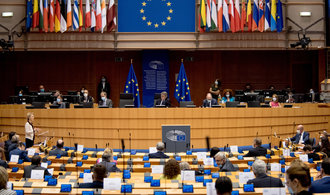 Europoslanci schválili sedmiletý unijní rozpočet. Podpořili spojení peněz a vlády práva