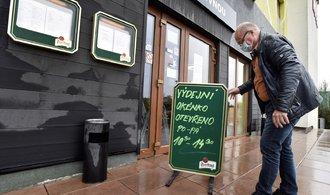 Rozvážkové služby nám berou zisk, stěžují si restauratéři. Jídla začínají rozvážet sami
