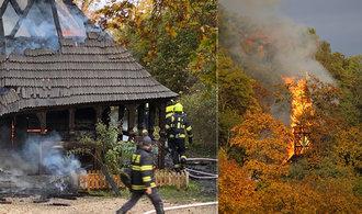 Shořel dřevěný kostel ze 17. století. Hasiči zasáhli v pražské zahradě Kinských