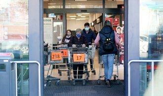 Obchody budou moci zůstat otevřené o dvě hodiny déle, proticovidová opatření se mění