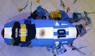 OBRAZEM: Svět se loučil a stále loučí s božským Maradonou