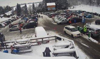 Běžkaři ucpali hory. Kolabovala doprava, policie uzavřela část silnic do středisek