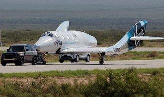 Raketoplán Virgin Galactic zvládl svůj první let do vesmíru s Bransonem na palubě