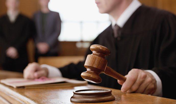 Soud v kauze přípravy útoku na vlak vyloučil člena trestního senátu