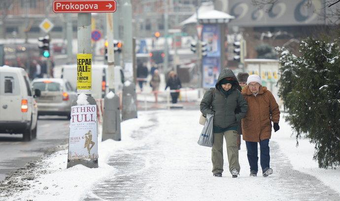 Spory při pádech na chodnících trvají přes rok