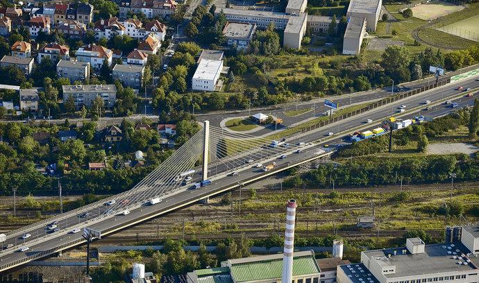 Praha nechá zkontrolovat lanový most na Jižní spojce. Jeho konstrukce se kroutí