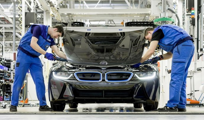 Do testovací dráhy u Sokolova nalije BMW stovky milionů eur