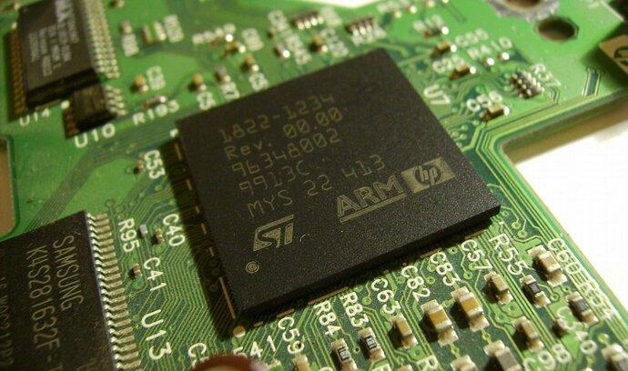 Japonská SoftBank kupuje výrobce čipů ARM za rekordních 757 miliard