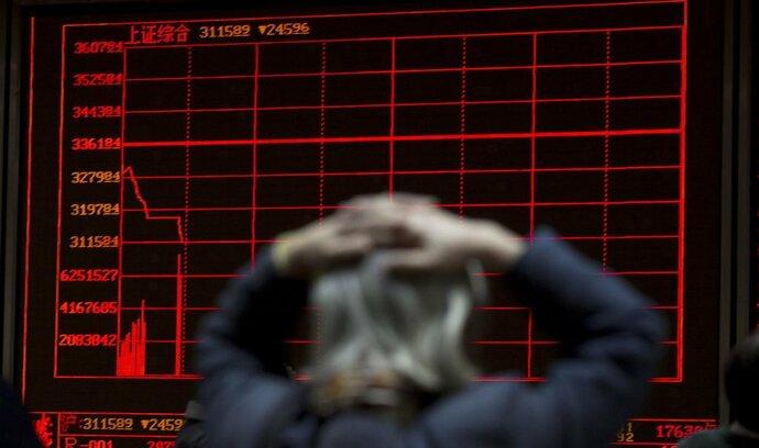 Čínské akcie klesají, jüan sestoupil vůči dolaru na nejnižší hodnotu za 11 let