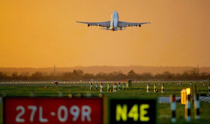 Letiště Heathrow odbavil rekordní počet cestujících. Potřebuje novou dráhu