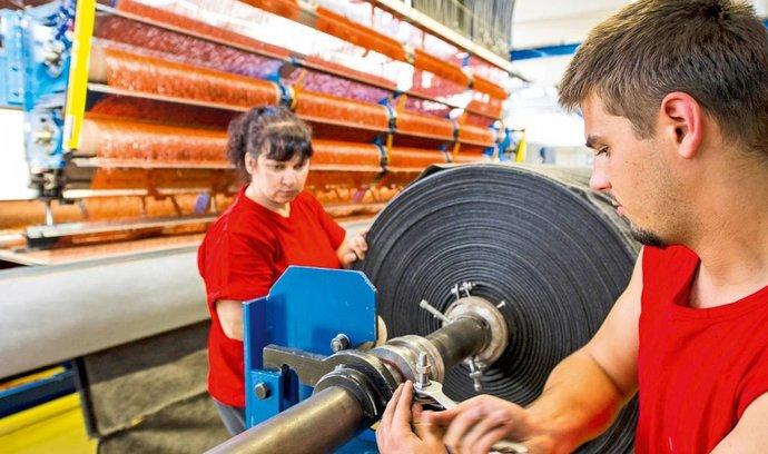 Textilka Juta miliardáře Hlavatého rekordně vydělává. Bojí se konce intervencí ČNB