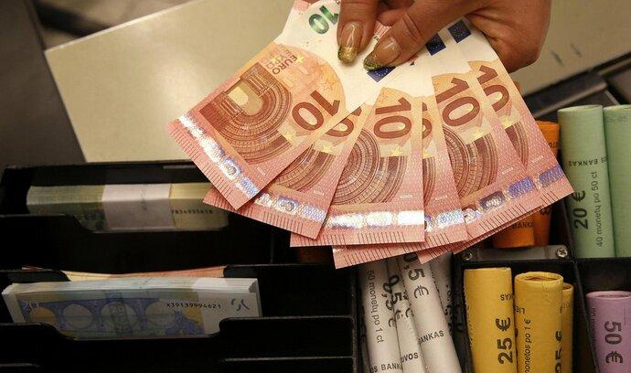 Eurozóna se v únoru vrátila do deflace, ceny tlačí dolů levnější energie