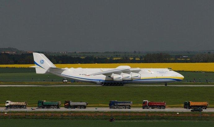Největší letadlo světa přistálo v Praze, naloží obří generátor pro Austrálii
