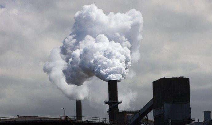 Ceny emisií padají už třetí týden, trh očekává rázné řešení
