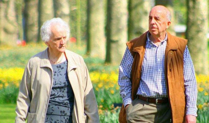 Důchody příští rok vzrostou méně, než se původně plánovalo