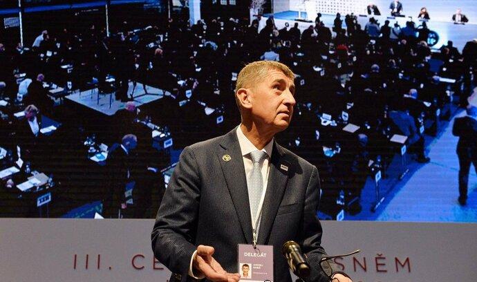 Poslanci ANO následovali příklad předsedy, obuli se do ČSSD