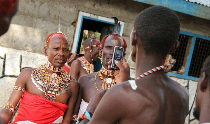 Na světě má více lidí přístup k mobilnímu telefonu, než k WC