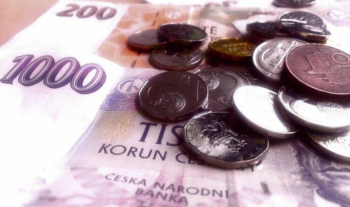 Průměrný klient loni zaplatil za služby banky o dvě koruny více