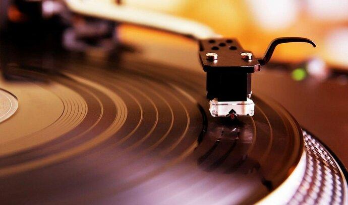 O vinyly je stále větší zájem, na Berounsku se jich má vyrobit 28 milionů