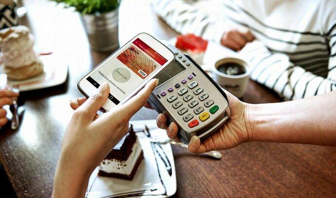 Česko jede na bezkontaktní vlně, kartu v mobilu spouští další banka
