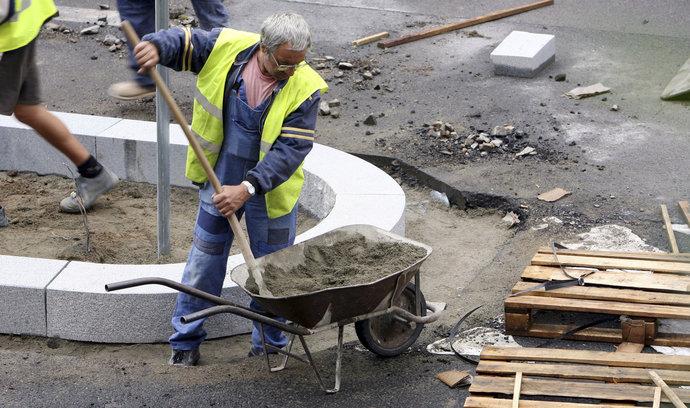 Česká minimální mzda patří k nejnižším v EU. Kdo ji chce zvýšit a kdo tlačí proti?