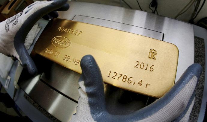 Ceny zlata padají, ovlivnil je růst sazeb Fedu