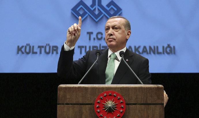 Turecký soud poslal desítky novinářů do vězení za údajnou teroristickou činnost