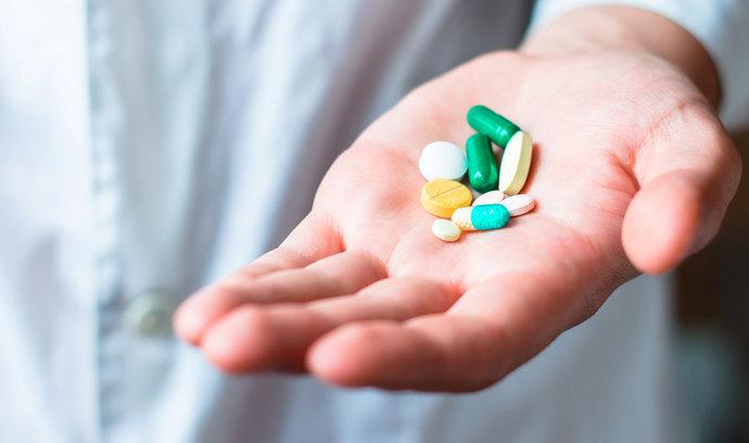Senát schválil snížení limitů pro doplatky za léky pro děti a seniory