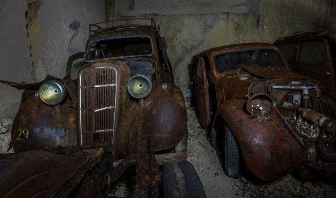 Desítky aut ukrytých v opuštěném dole. Našel se poklad z éry Adolfa Hitlera