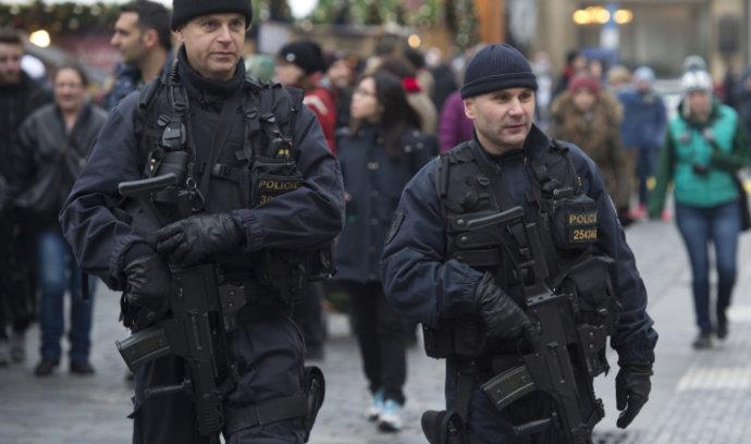 Chovanec chce přidat policistům a hasičům o 10 procent