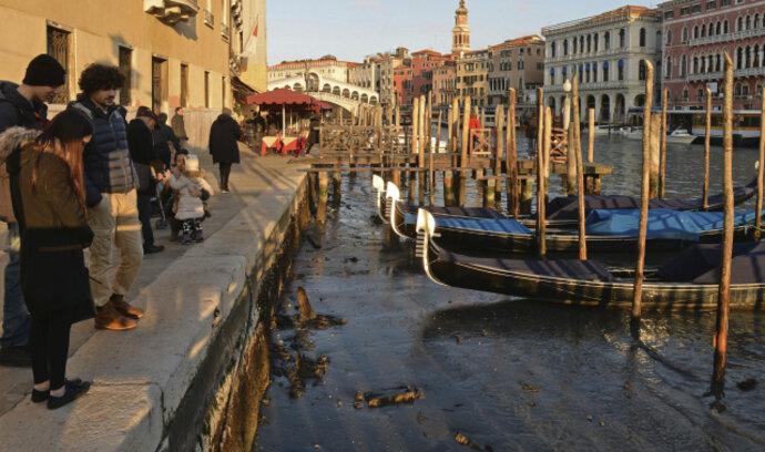 Benátky ukázaly dno. Nízká hladina vody vzala městu veškerou romantiku