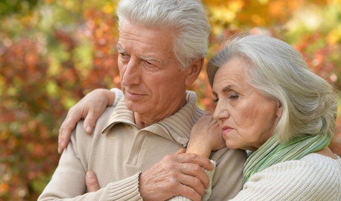 Ženy žijí déle, ale na důchod si spoří méně než muži