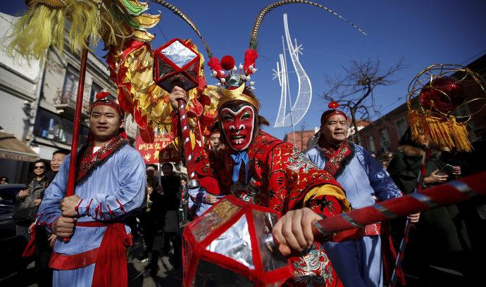 Opici nahrazuje kohout. Asie oslaví příchod nového roku, čeká se dopravní šílenství