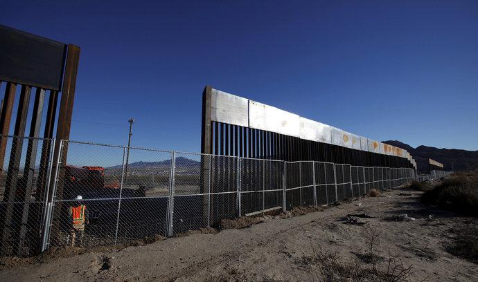Výstavba Trumpovy zdi na mexické hranici započala. Úřady budou nejprve zkoumat, jak je odolná