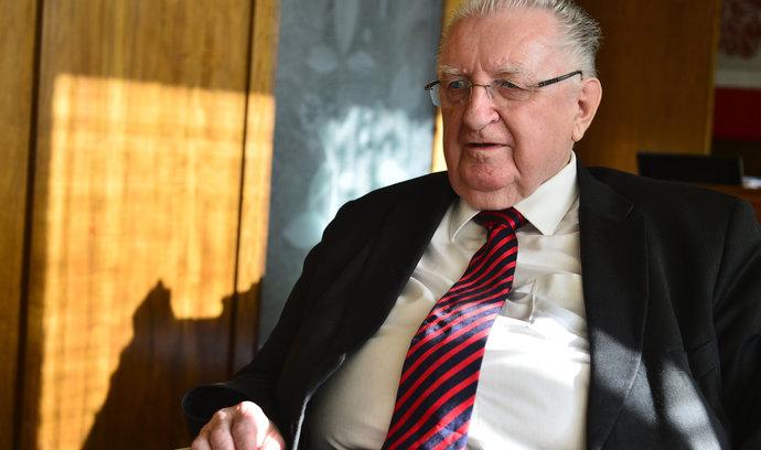 Čubovi zbývá pouze rezignace, stát mu nemůže zastavit výplatu, říká Štěch