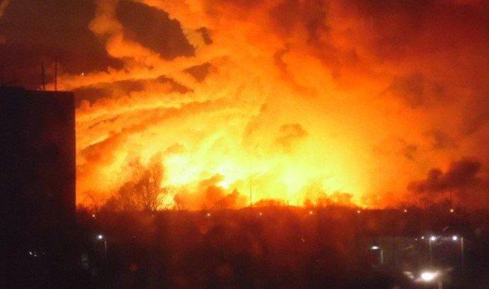 Tisíce lidí na Ukrajině evakuovali po explozi muničního skladu. Armáda mluví o sabotáži