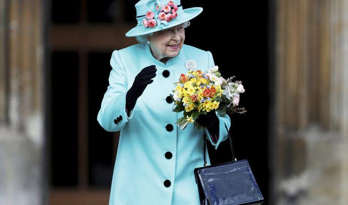 Alžběta prý pomýšlí na abdikaci, k 95. narozeninám by chtěla předat trůn