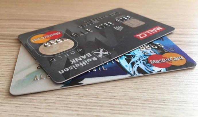 """Plaťte chytře. Tyto """"kreditky"""" od Raiffky vám přispějí na Vánoce"""