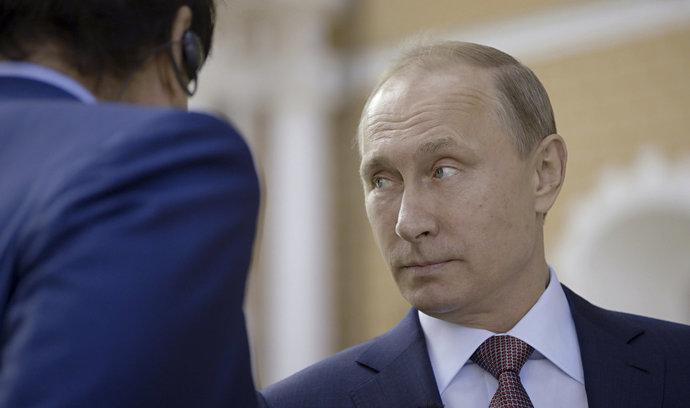 Analýza: Režisér Stone nechal Putina mluvit, vynikla tak ruská z nouze ctnost