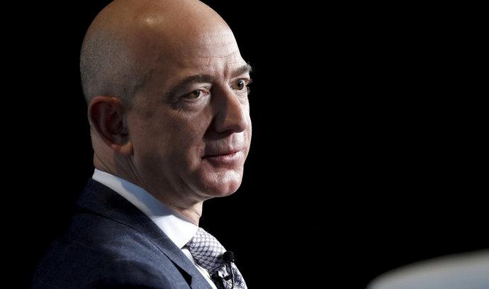 """Král Amazonu Bezos už je zase """"ten druhý"""". Patří mezi nejbohatší, od Gatese a Zuckerberga se ale liší"""